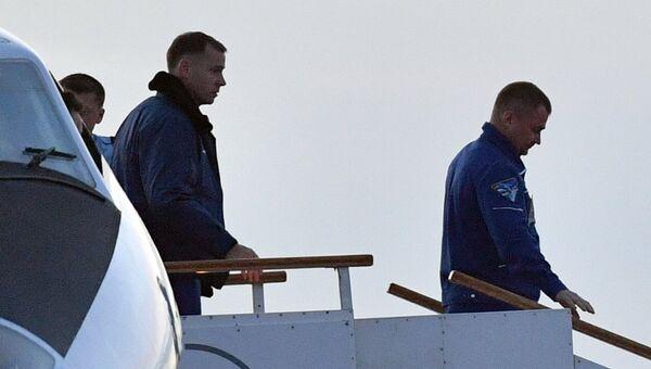 Члены основного экипажа МКС-57/58 космонавт Роскосмоса Алексей Овчинин и астронавт NASA Ник Хейг в аэропорту Байконура. Архивное фото