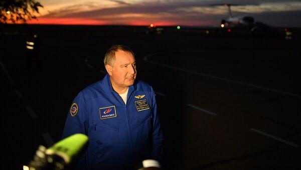 Генеральный директор ГК Роскосмос Дмитрий Рогозин отвечает на вопросы журналистов в аэропорту Байконура. 11 октября 2018