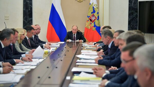 Владимир Путин проводит совещание с членами правительства РФ