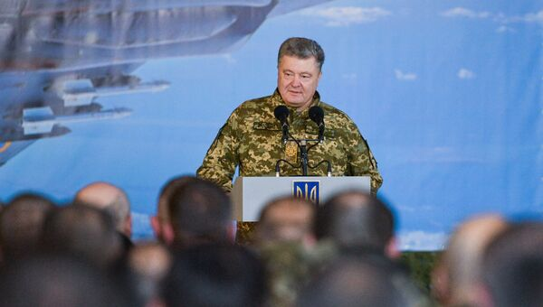 Президент Украины Петр Порошенко во время посещения Объединенного операционного центра сил многонациональных учений Чистое небо-2018. 11 октября 2018