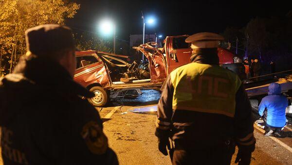 Сотрудники ДПС и спасатели на месте столкновения автобуса с фурой в Чувашии. 11 октября 2018