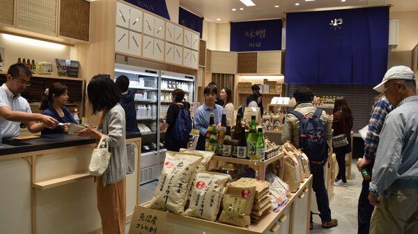 Лавка, где торгуют рисом, саке, бобовой пастой мисо