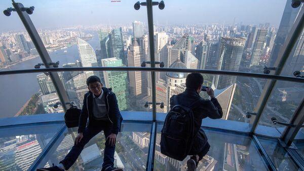 Посетители на смотровой площадке телебашни Восточная жемчужина в городе Шанхай