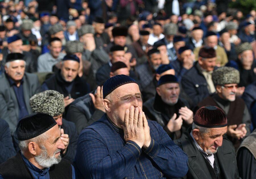 Верующие во время пятничной молитвы на проспекте Идриса Зязикова в Магасе