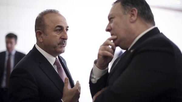 Министр иностранных дел Турции Мевлют Чавушоглу беседует с государственным секретарем США Майком Помпео в аэропорту Эсенбога в Анкаре, Турция. 17 октября 2018