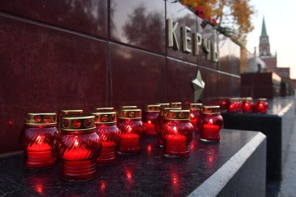 Цветы и свечи на памятнике городу-герою Керчи в Александровском саду в Москве в знак траура по погибшим при взрыве в колледже в Керчи