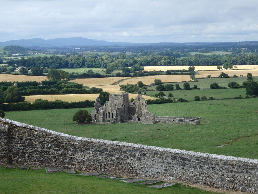 Вид на замок-скалу Кашел в Ирландии