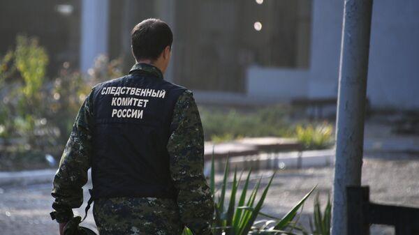 Сотрудник Следственного комитета России у здания Керченского политехнического колледжа, в котором произошли взрыв и стрельба. 18 октября 2018