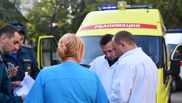 Медики у Керченской больницы № 1 имени Н. И. Пирогова, в которую госпитализированы пострадавшие при нападении на Керченский политехнический колледж