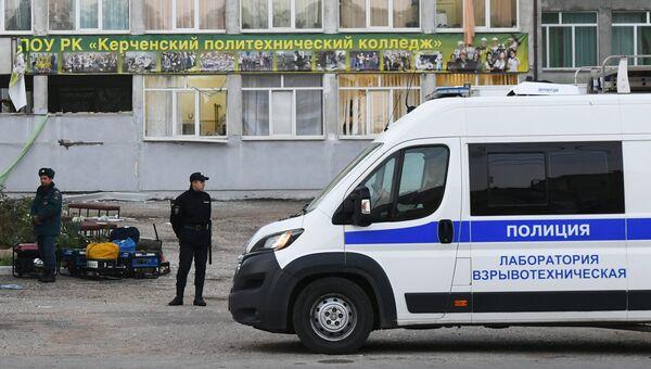 Сотрудники правоохранительных органов у здания Керченского политехнического колледжа после нападения