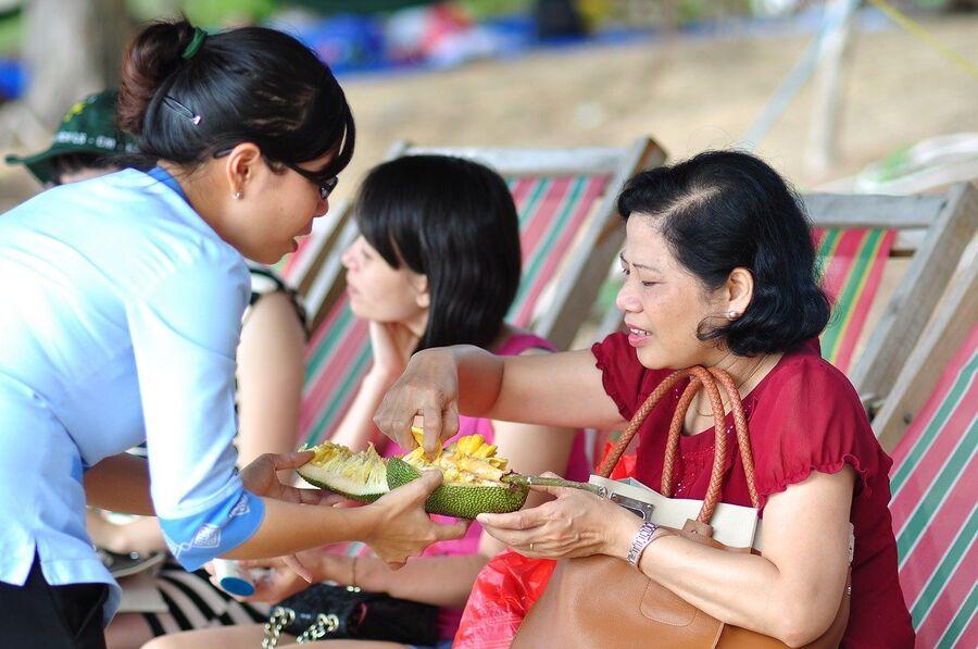 Женщины едят дуриан