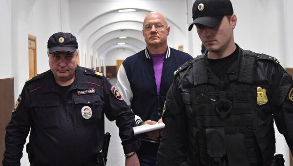 Бывший вице-премьер Крыма Виталий Нахлупин перед рассмотрением ходатайства следствия об его аресте в Басманном суде Москвы. 18 октября 2018