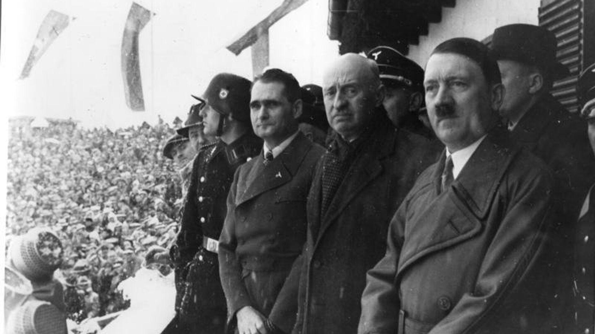 Рудольф Гесс, Анри де Байе-Латур и Адольф Гитлер на церемонии открытия зимних Олимпийских игр 1936 года - РИА Новости, 1920, 22.06.2021