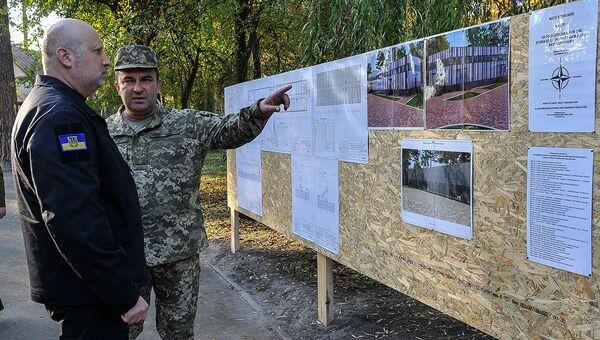 Александр Турчинов на строительной площадке нового разведывательного центра на Украине