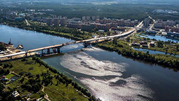 Строительство автомобильного моста через реку Волгу в г. Дубна Московской области. Архивное фото