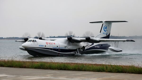 Китайский самолет-амфибия Цзилун (AG600) приземляется на воду во время своего первого полета, Китай. 20 октября 2018