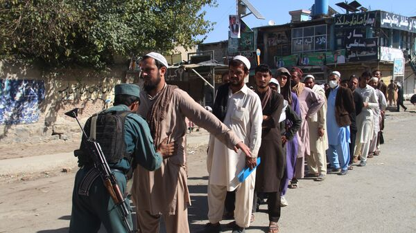 Афганский полицейский обыскивает избирателей, Афганистан. 20 октября 2018