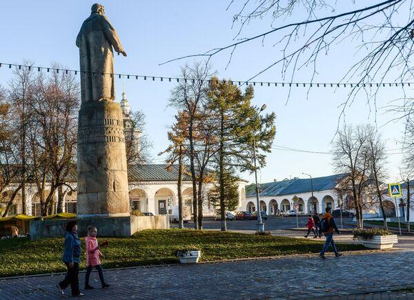 Горожане гуляют по Сусанинской площади в Костроме. Слева - памятник Ивану Сусанину