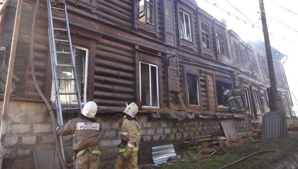 Сотрудники МЧС на месте пожара в 20-квартирном жилом доме в городе Вольске Саратовской области. 22 октября 2018