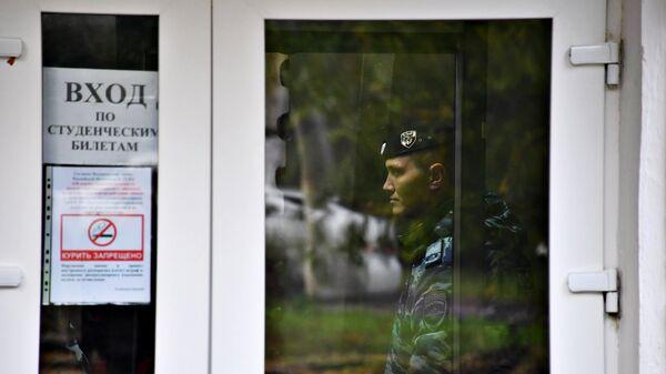 Сотрудник полиции у второго корпуса Керченского политехнического колледжа