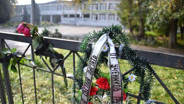 Траурный венок и цветы на ограде недалеко от Керченского политехнического колледжа. Колледж готовится возобновить занятия после того, как 17 октября студент Владислав Росляков устроил стрельбу и взрывы