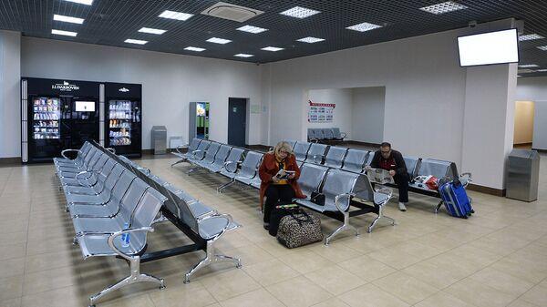 Пассажиры в зале ожидания на автовокзале. Архивное фото