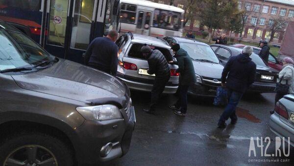 Троллейбус протаранил автомобили в Кемерово. 22 октября 2018