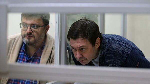 Адвокат Андрей Доманский (слева) и руководитель портала РИА Новости Украина Кирилл Вышинский на заседании в Херсонском апелляционном суде. Архивное фото