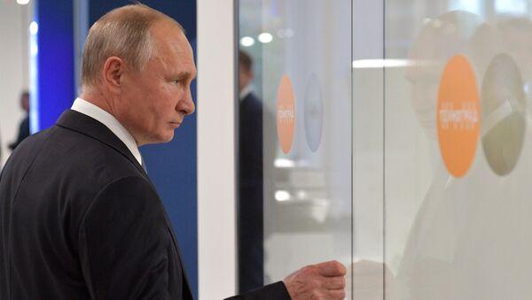 Президент РФ Владимир Путин во время осмотра технических мастерских досугово-образовательного комплекса Техноград на ВДНХ. 23 октября 2018
