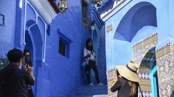 Туристы фотографируются на одной из улиц города Шифшавен