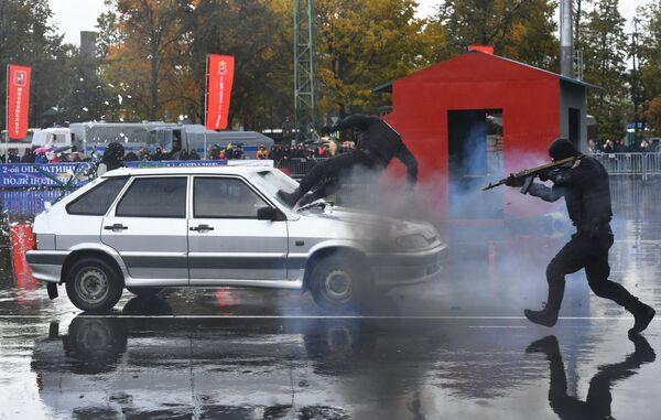 Показательные выступления бойцов спецподразделений на спортивном празднике столичной полиции, посвященном Дню сотрудника органов внутренних дел