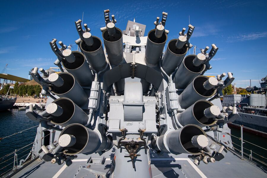 Реактивный бомбомет РБУ-6000 Смерч-2 на фрегате Адмирал Макаров