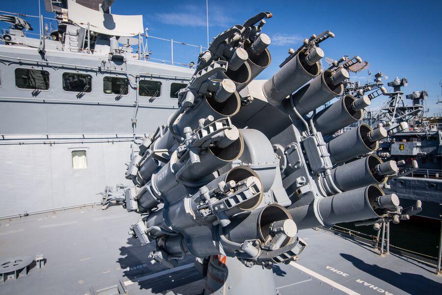 Реактивная бомбовая установка Смерч-2 на фрегате Адмирал Макаров