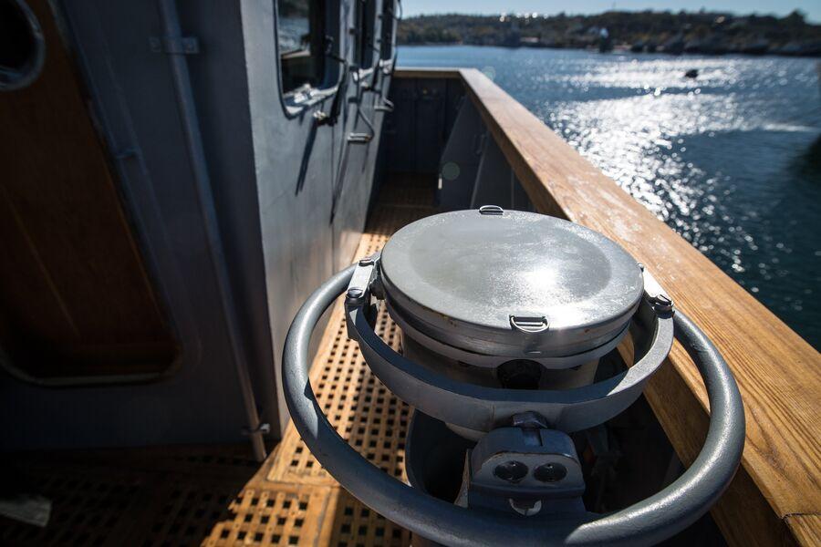 Репитер гирокомпаса на крыле ходового мостика фрегата Адмирал Макаров