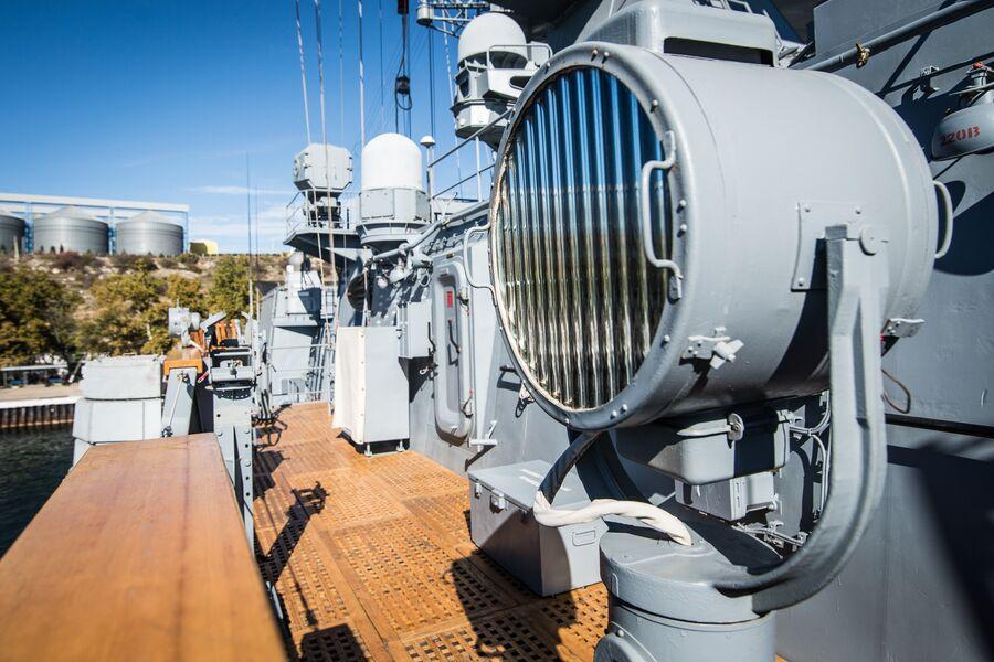 Сигнальный прожектор на фрегате Адмирал Макаров