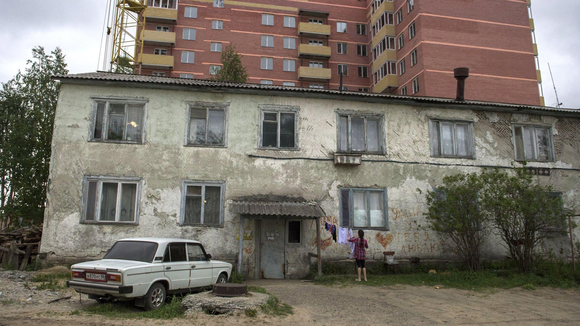 Ветхий жилой дом на фоне новостройки  - РИА Новости, 1920, 13.11.2020