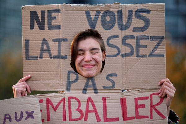 Демонстрант во время акции протеста за снижение воздействия пластика на окружающую среду перед зданием Европарламента в Страсбурге, Франция