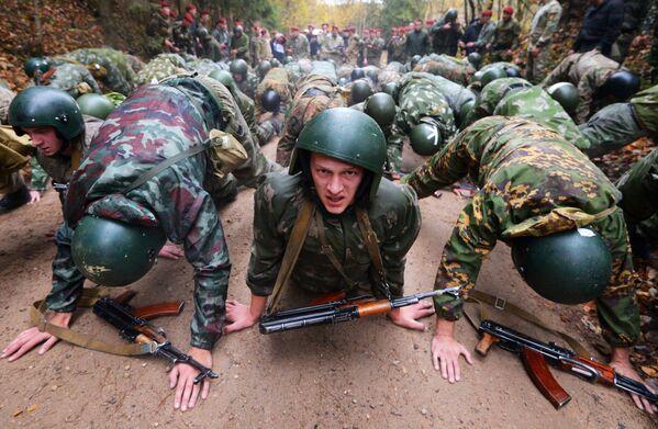 Белорусские спецназовцы во время квалификационного испытания на право ношения крапового берета