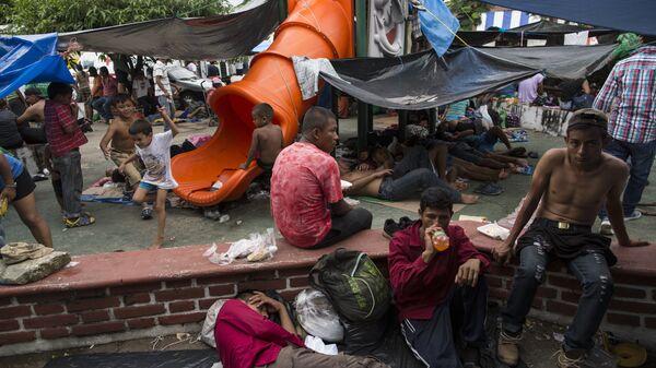 Мигранты из каравана беженцев из Гондураса в импровизированном лагере в Мапастепеке, Мексика