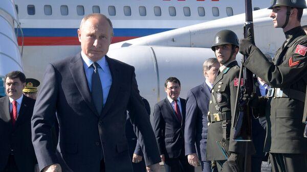 Владимир Путин во время церемонии встречи в аэропорту Стамбула