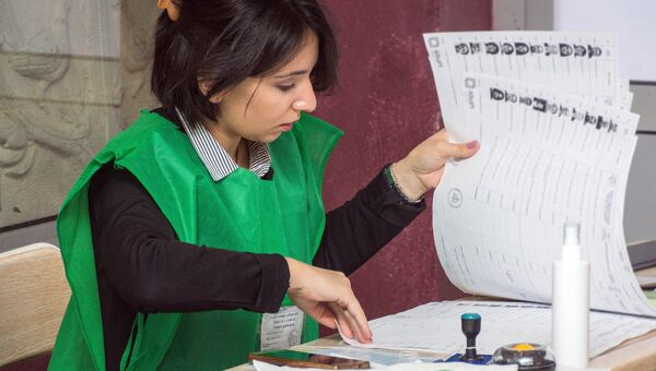 Сотрудница одного из избирательных участков в Тбилиси на выборах президента Грузии. 28 октября 2018