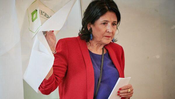 Candidato independente Salome Zurabishvili vota nas eleições presidenciais na Geórgia em uma estação de voto em Tbilisi.  28 de outubro de 2018