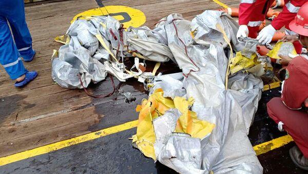 Обломки самолета Boeing 737, потерпевшего крушение в Индонезии