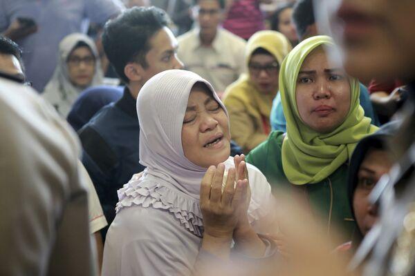 Родственники пассажиров самолета Boeing 737, потерпевшего крушение в Индонезии. 29 октября 2018 года