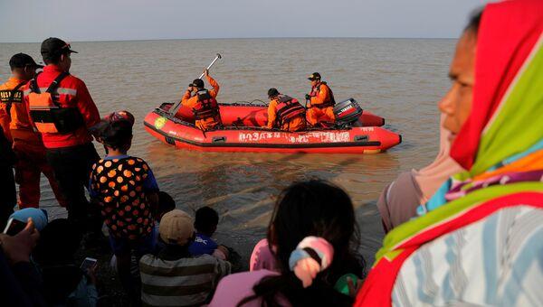 Индонезийские спасатели во время поисковой операции после крушения самолета авиакомпании Lion Air
