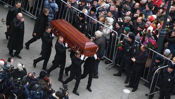 Вынос гроба с телом актера Николая Караченцова после церемонии прощания в театре Ленком