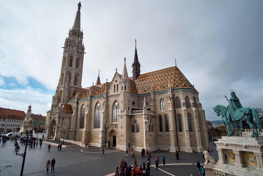 Собор Святого Матьяша и конная статуя Святого Иштвана на территории Рыбацкого бастиона на Крепостном холме в Буде в Будапеште