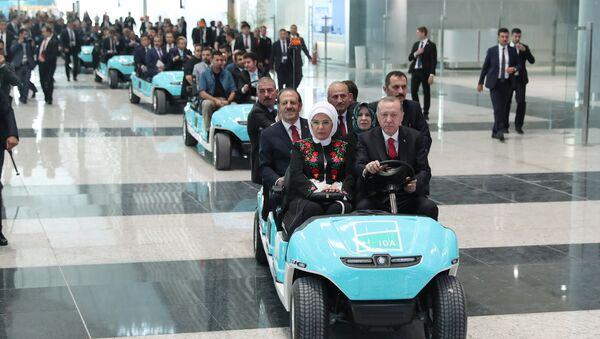 Президент Турции Тайип Эрдоган управляет электромобилем во время официальной церемонии открытия нового аэропорта  в Стамбуле. 29 октября 2018