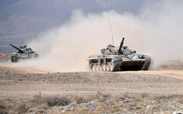 Танки Т-72 во время командно-штабных учений с воинскими контингентами коллективных сил оперативного реагирования ОДКБ Взаимодействие-2018