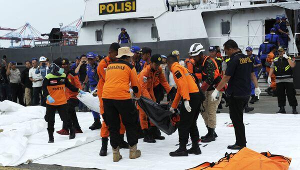 Спасатели доставляют предметы и останки жертв с места крушения пассажирского самолета Boeing 737 авиакомпании Lion Air